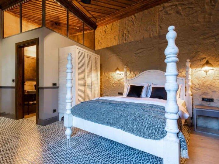 epica-5-bed-and-bathroom-entrance